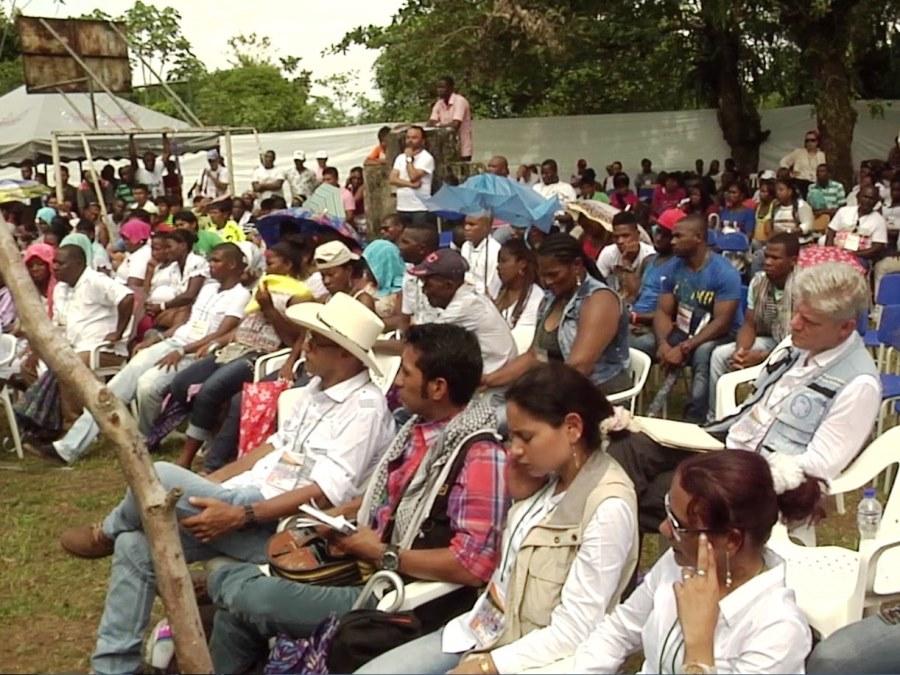 Opfergruppen bei dem Versöhnungsritual mit der FARC am Ort des Massakers