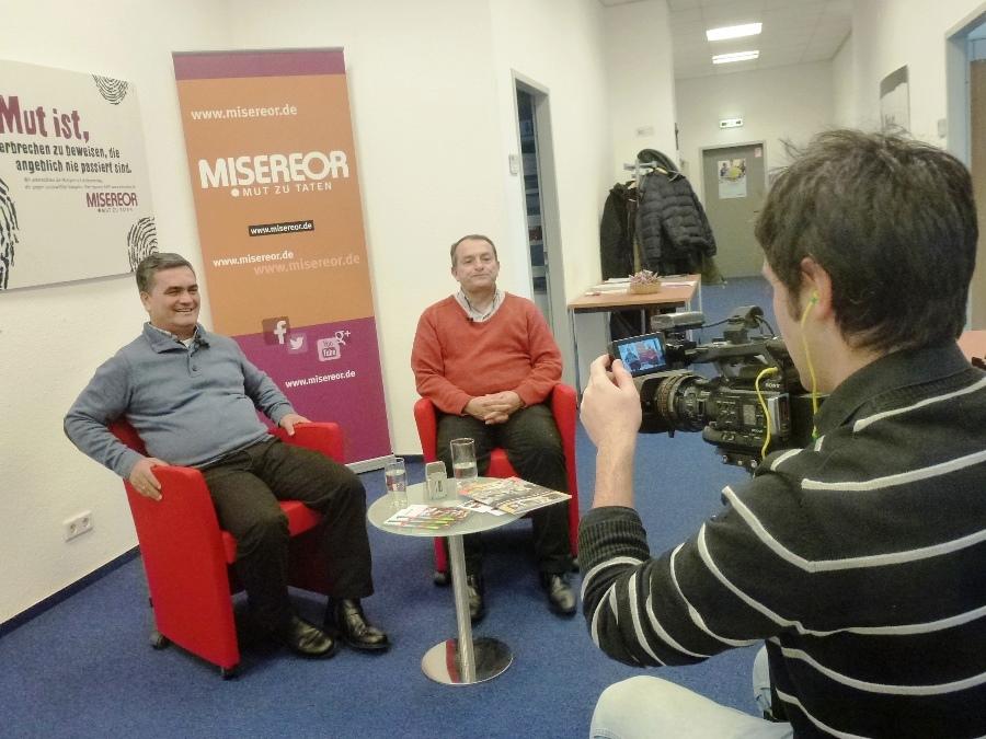 links Jesús Alfonso und rechts Jesús Albeiro beim TV-Interview im MISEREOR-Büro berlin