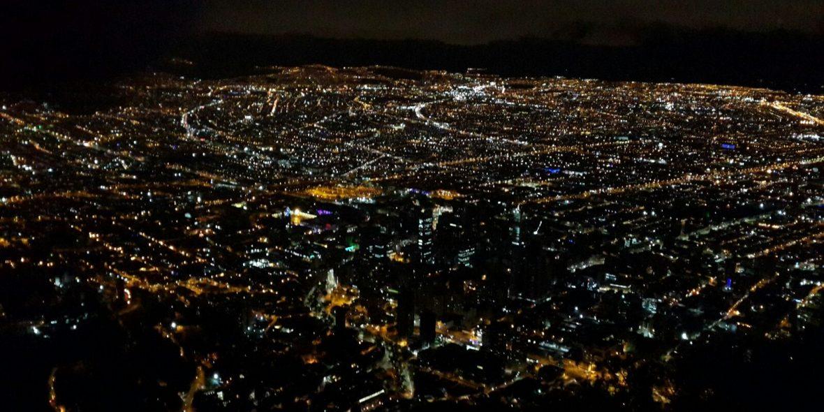 Das Lichtermeer der kolumbianischen Hauptstadt Bogotá beim Landeanflug.