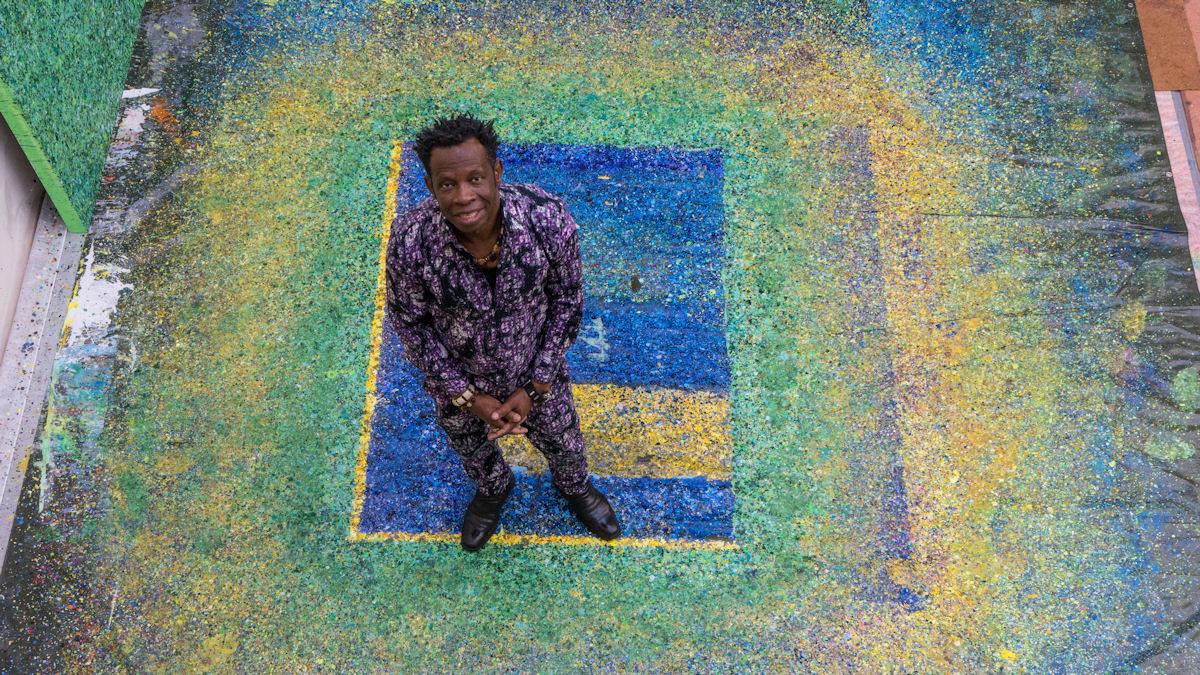 1966 im Südosten Nigerias geboren: Der in Köln lebende Hungertuch-Künstler Chidi Kwubiri. Fotos: Dieter Härtl/MISEREOR