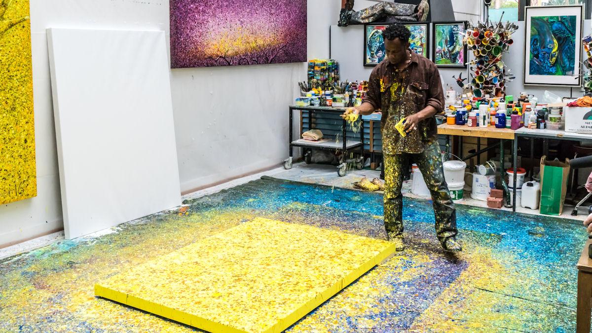 Es dauert mehrere Stunden, bis Chidi Kwubiri die Leinwand mit seiner furiosen Dripping-Technik grundiert hat.