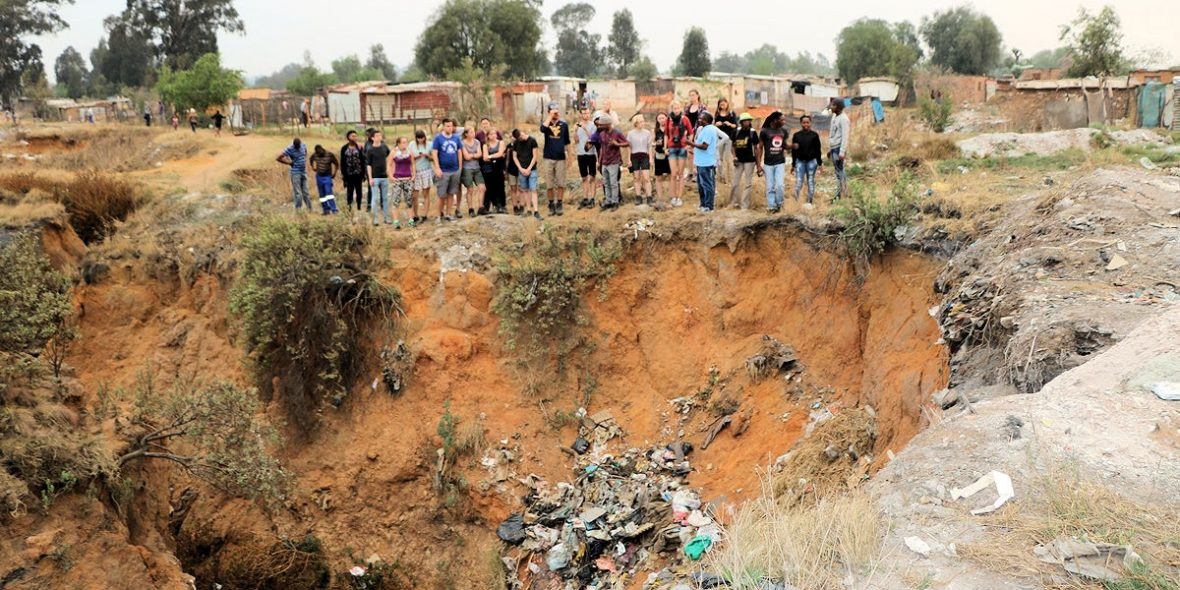 Verlassene und eingestürzte Minen gefährden die Anwohner. Foto: MISEREOR