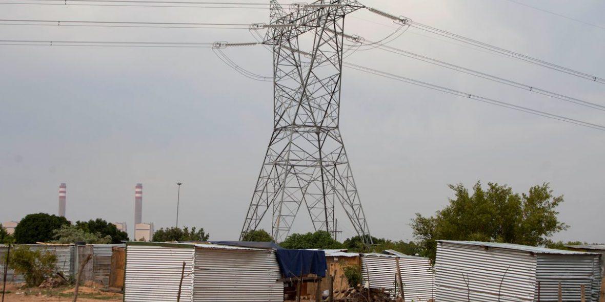 Lange Stromtrassen führen über die Baracken