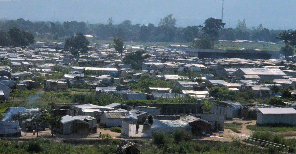 Direkt am Rollfeld des internationalen Flughafens der Hauptstadt Bangui beginnt ein Flüchtlingslager ©Maria Klatte/MISEREOR