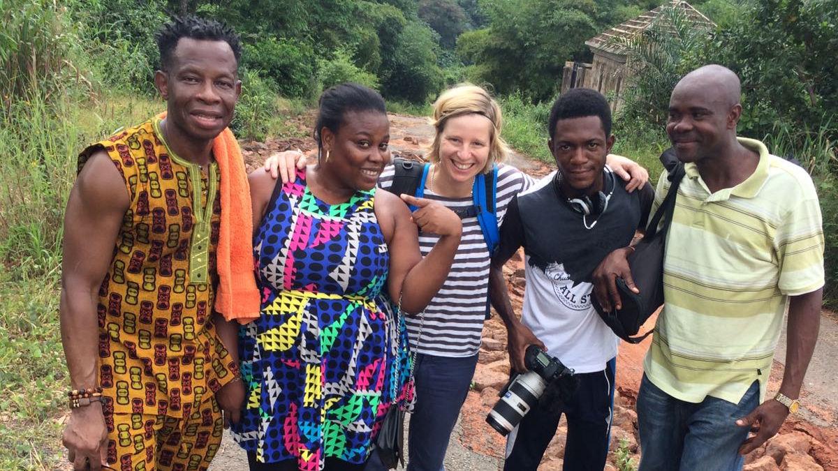Die Berliner Filmemacherin Inka Dewitz war eine Woche mit Hungertuch-Künstler Chidi Kwubiri in Nigeria unterwegs.