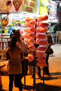 Einer der vielen Straßenhändler, die vollkommen auf Bargeld angewiesen sind.