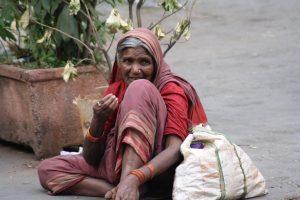 Eine Bettlerin in Südmumbai