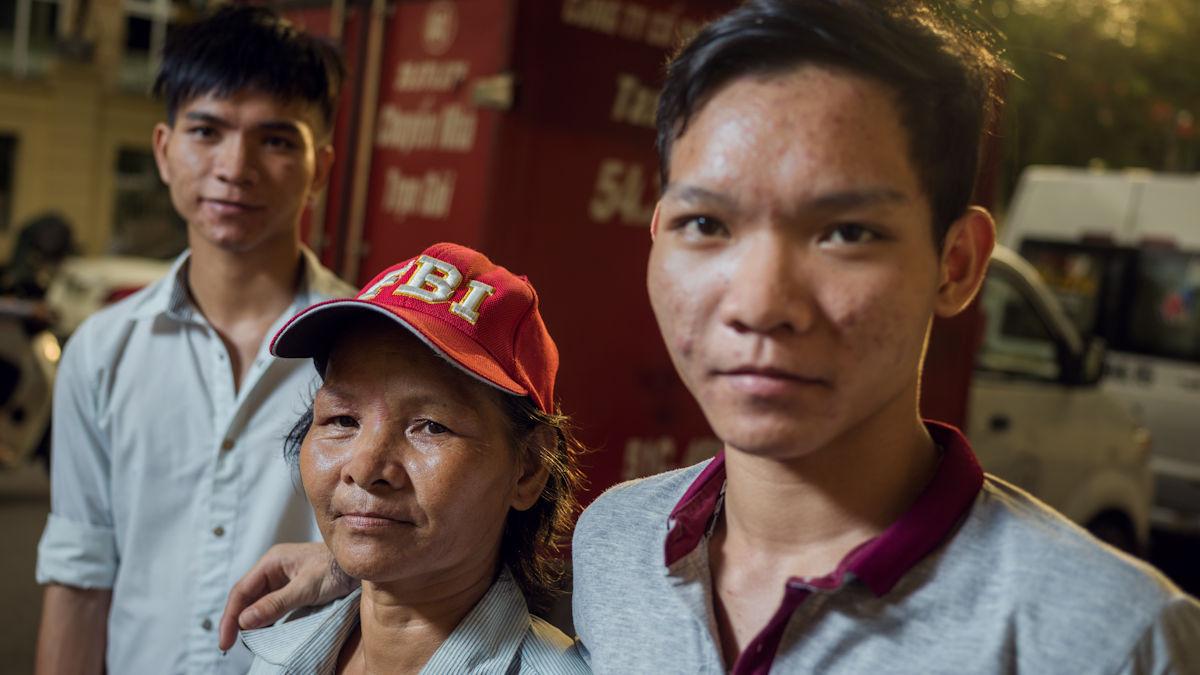 Die Brüder Thai und Than mit ihrer Mutter, die auf der Straße lebt. Foto: Klaus Mellenthin/MISEREOR