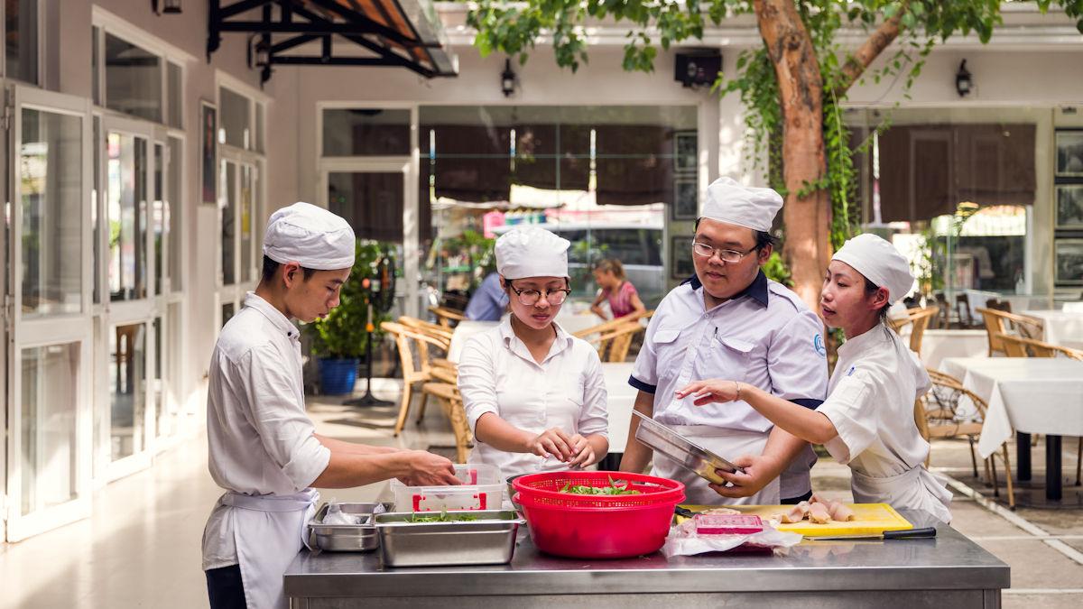 Die Auszubildenden der Gastronomiefachschule bekommen einen deutschen IHK-Abschluss und sind damit beliebtes Personal in Vietnam. Foto: Klaus Mellenthin/MISEREOR