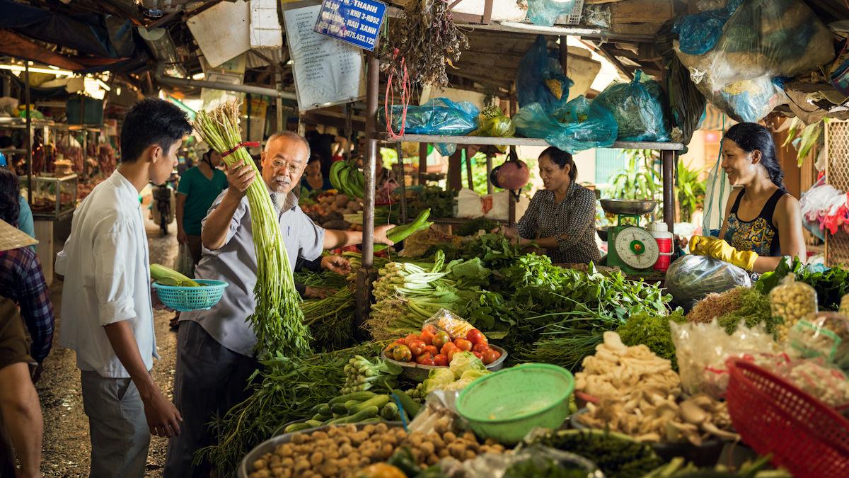 Francis Van Hoi, Leiter der Gastronomiefachschule Mai Sen, will Jugendlichen aus sozial benachteiligten Familien eine bessere Zukunft ermöglichen. Foto: Klaus Mellenthin/MISEREOR