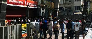 Menschen warten darauf, dass die Banken wieder öffnen in Mumbai.