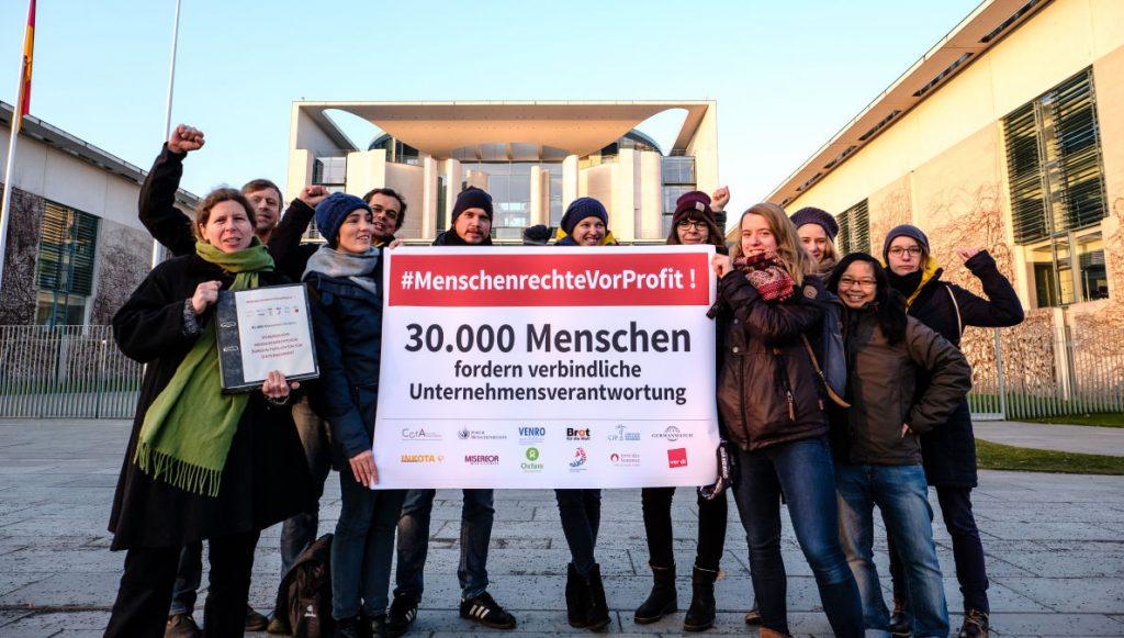 """Online-Petition """"Menschenrechte vor Profit"""": Übergabe der 30.000 Unterschriften ++ am 21.12.2016 in Berlin (Berlin)."""