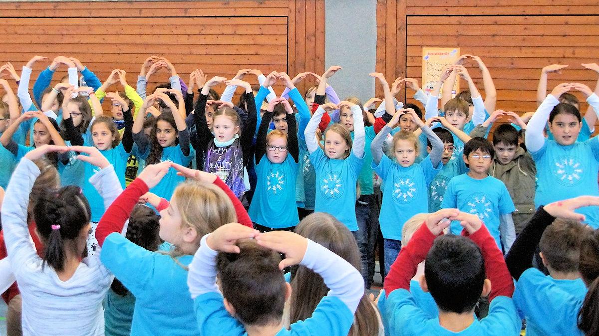 Kinder singen ein Lied mit Bewegungen