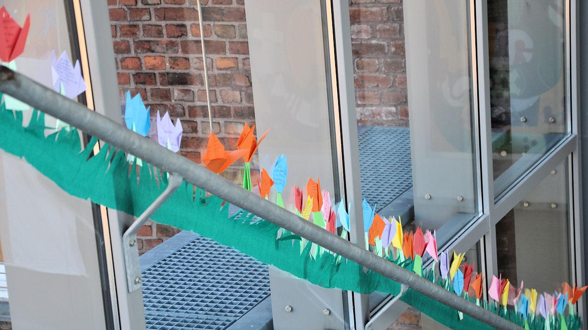 Von Schülerinnen und Schülern gebastelte Papierblumen