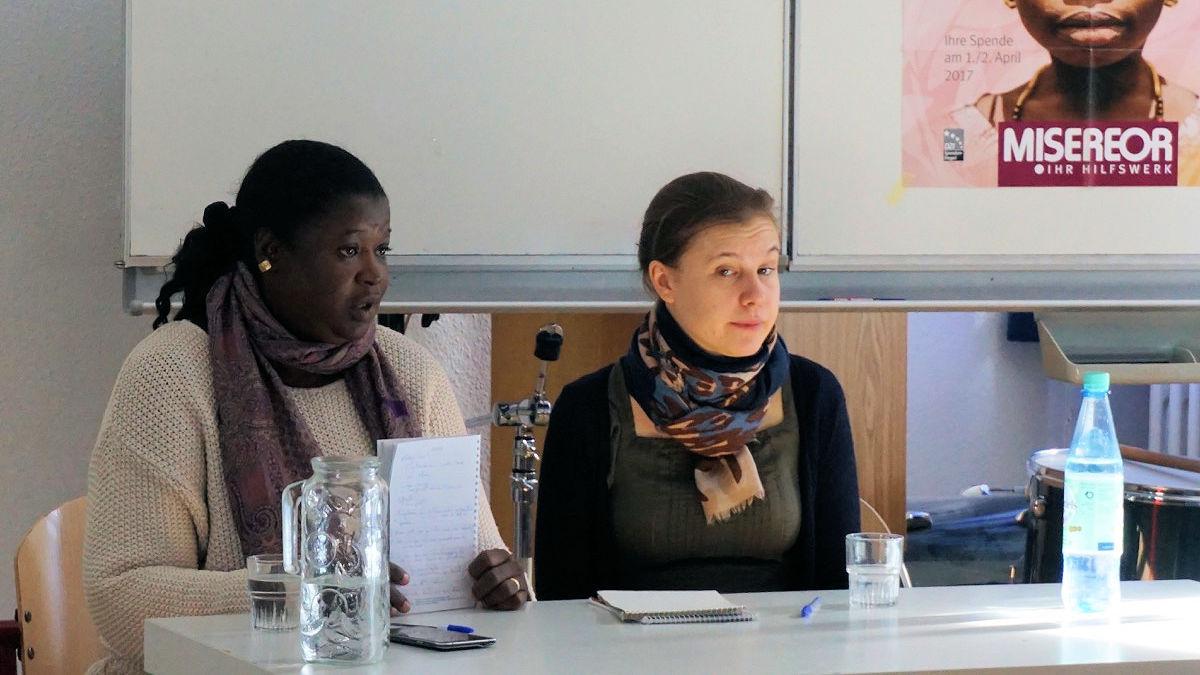 MISEREOR-Partnerin Fatimata Diallo aus Burkina Faso mit der Dolmetscherin Mélanie Quesson in einem Klassenraum