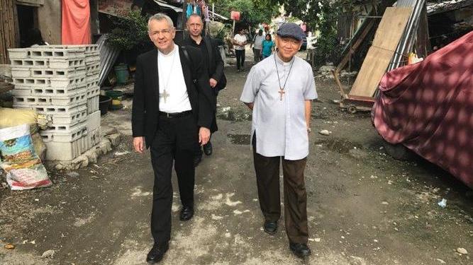Erzbischof Schick besucht das Armenviertel Baseco in Manila nahe der Innenstadt. Hier leben über 100.000 Menschen unter sehr primitiven Bedingungen. © Deutsche Bischofskonferenz/Mussinghoff