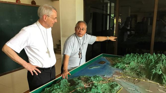 Kardinal Quevedo und Erzbischof Schick im Gespräch über die komplizierte Geographie und Geschichte von Mindanao. © Deutsche Bischofskonferenz / Mussinghoff