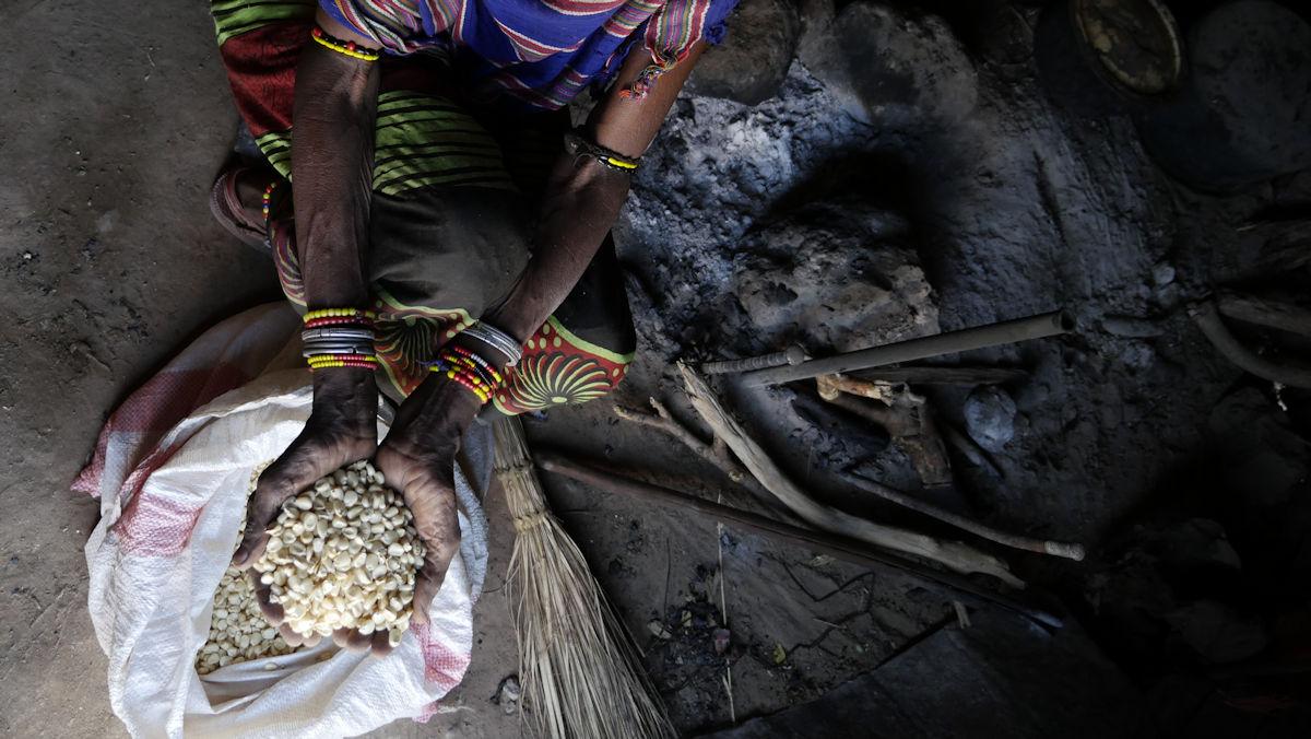 Maisbrei als einzige Nahrung während der Dürre in Kenia