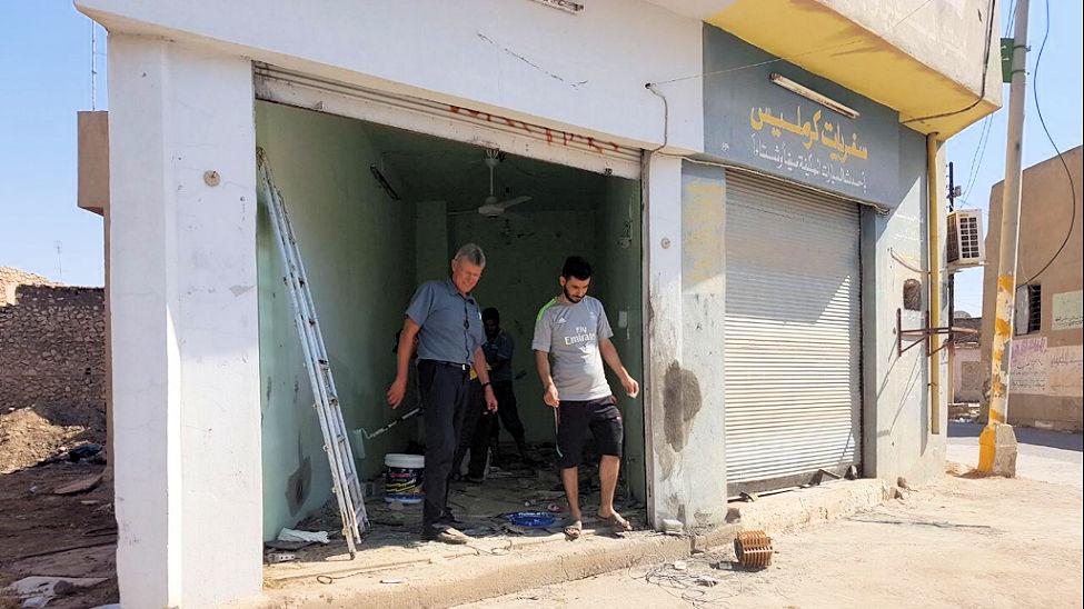 Aufräumarbeiten in zerstörtem Laden in irakischer Kleinstadt