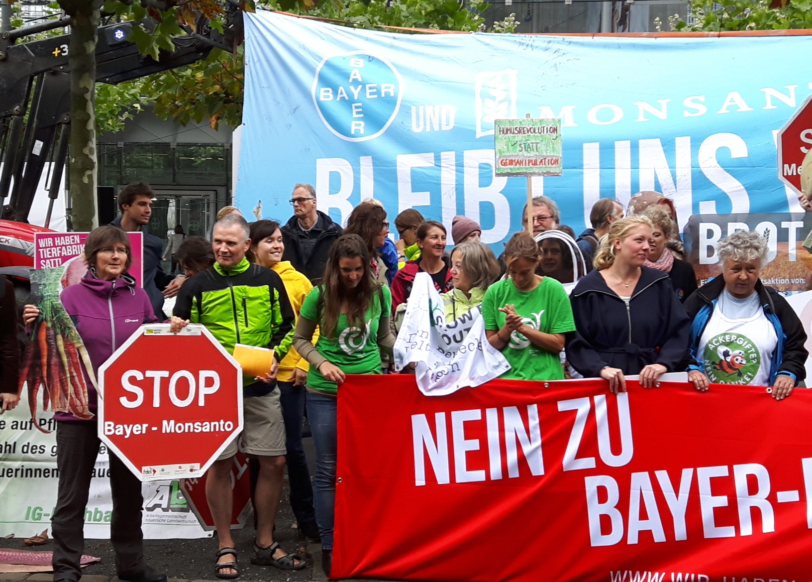 """Aktivisten fordern """"Stop Bayer - Monsanto"""""""