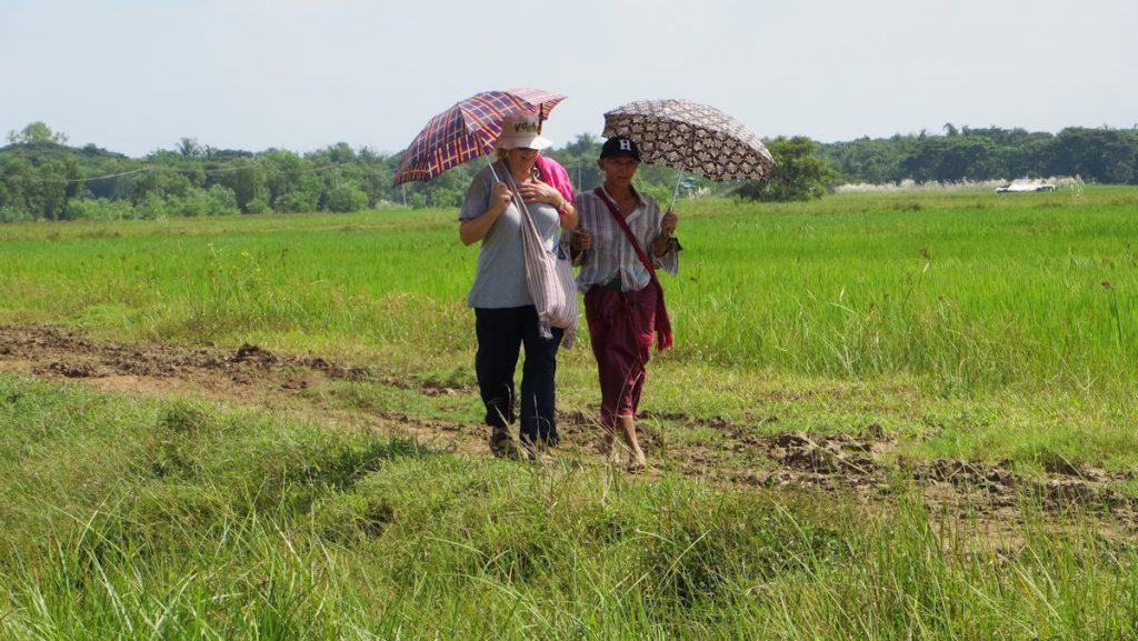 Zwei Personen unterwegs auf den Feldern in Myanmar
