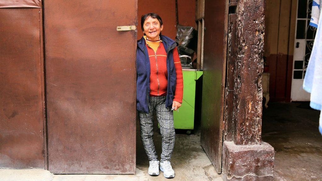 """""""Weil ich hier geboren bin, hat dieser Ort eine große Bedeutung für mich, einen sentimentalen Wert. Deshalb möchte ich hier auch wohnen bleiben."""" Teresa Reyes Neyra wohnt seit 1944 in dem historischen Gebäude. © Mariana Bazo"""
