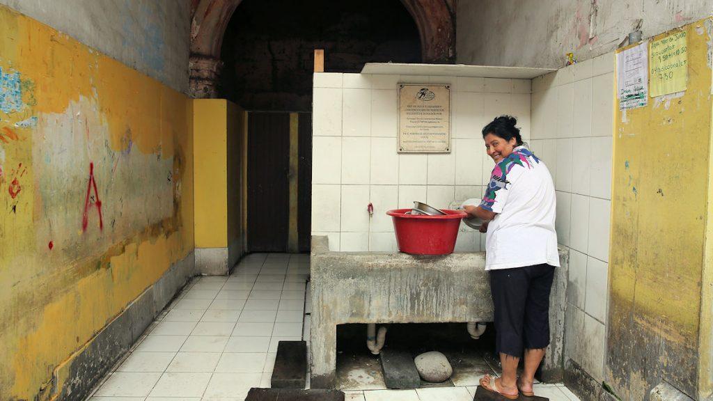 """""""Die Lebensbedingungen im Haus der Säulen wurden bereits wesentlich verbessert. So funktionieren inzwischen Wasserversorgung und Abwasserentsorgung. Jede Familie besitzt einen Stromzähler und bezahlt monatlich ihren Verbrauch. Wir sind dabei, weitere Verbesserungen einzuführen."""" Juan Jorge Espíritu, Vizepräsident des Vereins © Mariana Bazo"""