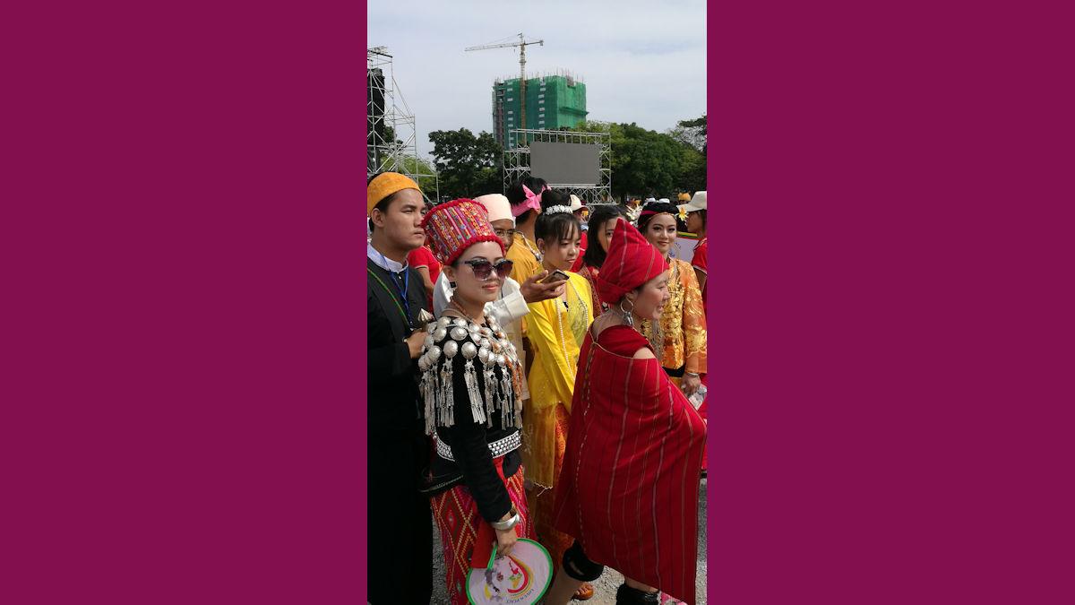Ethnische Minoritäten in ihren Trachten bei der Papst-Messe im Kyaik Ka San Stadion, Foto: MISEREOR.