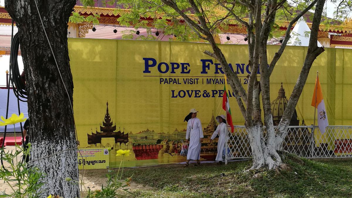 "Motto des Papstbesuchs ""Love and Peace"" an einem Banner am Kyaik Ka San Stadion, Foto: MISEREOR."