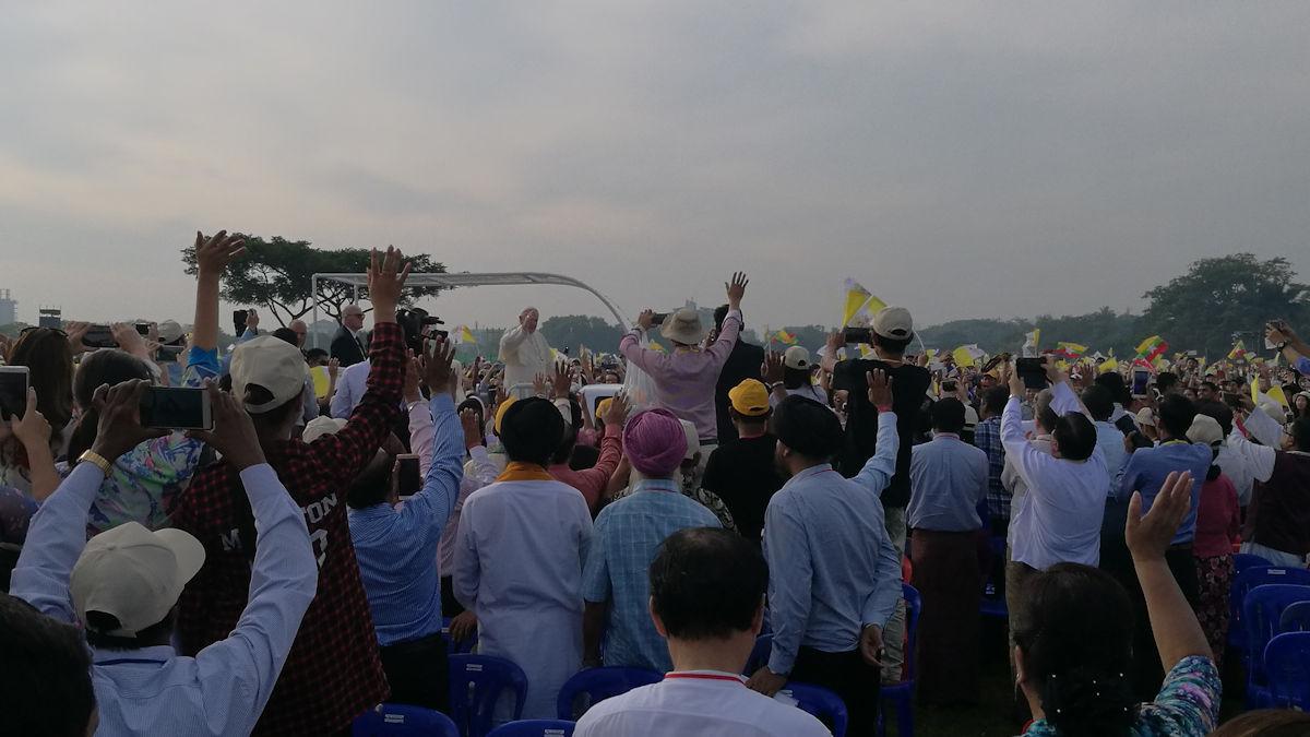 Papst Franziskus fährt bei der Messe im Kyaik Ka San Stadion am 29.11.2017 durch die jubelnde Menschenmenge, Foto: MISEREOR.