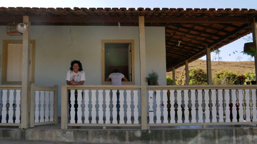 Maria do Carmo auf der Veranda ihres zeitweiligen Heims. Sie wartet sehnsüchtig darauf endlich in ihr eigenes Haus zurückkehren zu können. © Christina Weise