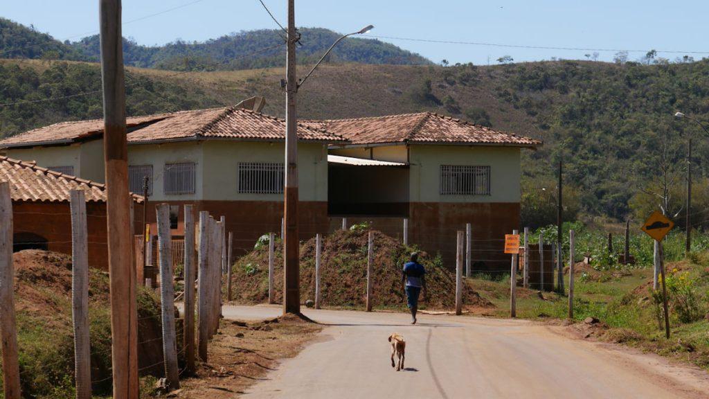 Manchmal lassen sich Menschen und Tiere auf den Straßen von Paracatu sehen. Dies ist aber eine Seltenheit. In der Nähe gibt es noch ein paar Häuser, die höher gelegen sind, in denen noch Menschen leben. © Christina Weise