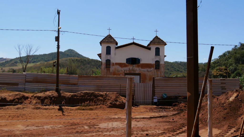 Die Kirche von Paracatu. Die Markierung zeigt die Höhe des Schlamms. © Christina Weise