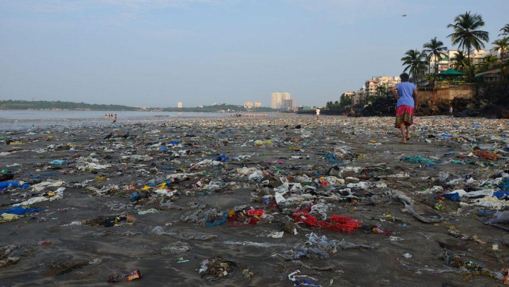 Ein Meer aus Kunststoffverpackungen, Plastikflaschen und Tragetüten bedeckt beinahe flächendeckend den 2,5 Kilometer breiten Strand von Versova im indischen Mumbai. © Thomas Stauber