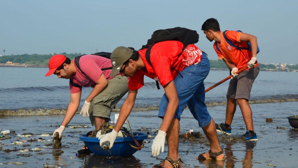 Jeden Samstag und Sonntag lesen die Versova Resident Volunteers in mühevoller Sisyphusarbeit den Müll auf: Strandabschnitt für Strandabschnitt. © Thomas Stauber