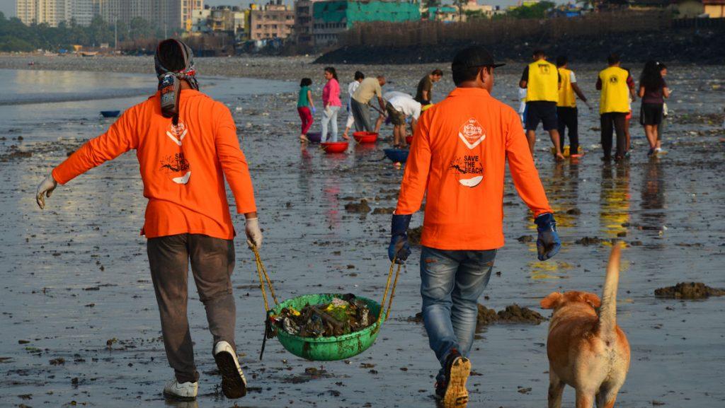 An diesem Sonntagmorgen im Oktober sind es etwa 50 Personen, die mitmachen. Sie alle wollen gemeinsam etwas verändern und Versova vom gigantischen Müllteppich befreien. © Thomas Stauber