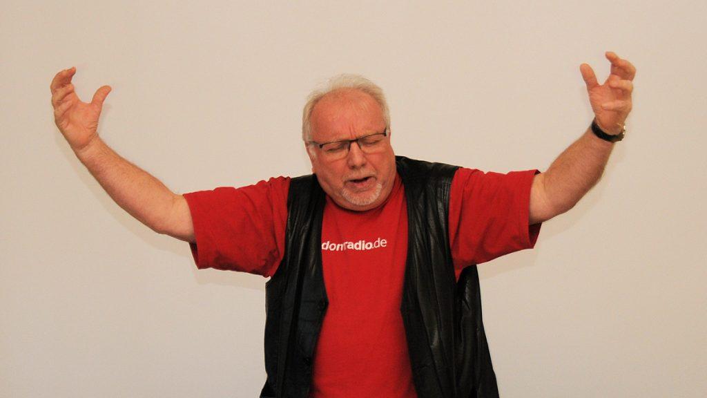 Nahm das Thema mit Humor: Kölner Urgestein Wilibert Pauels, seines Zeichens Büttenredner und Diakon. Foto: Ralph Allgaier/MISEREOR