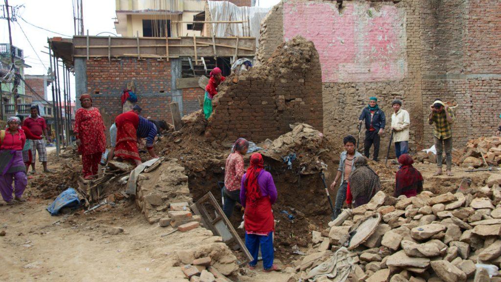 Arbeiterinnen, aufgenommen am 22. März 2017, beim Aufräumen ihrer durch das Erdbeben von 2015 beschädigten Häuser in Thecho, Kathmandu Valley. Carolin Reiber besuchte im Rahmen einer Reise nach Nepal Projekte des katholischen Hilfswerks Misereor. © Ursula Dornberger-Düren)
