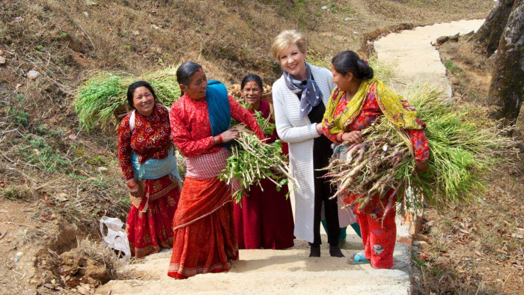 Die Misereor-Botschafterin und Moderatorin Carolin Reiber, aufgenommen mit Bauernfrauen in Thecho.