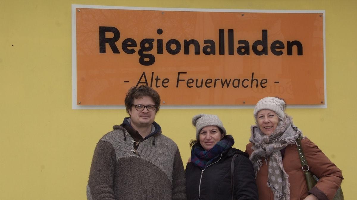 Bauer Christian Heymann (links), MISEREOR-Partnerin Fatima Aparecida Garcia de Moura (mitte) und Dagmar Schumann (rechts) vor dem Regionalladen des SpeiseGut, Foto: MISEREOR.