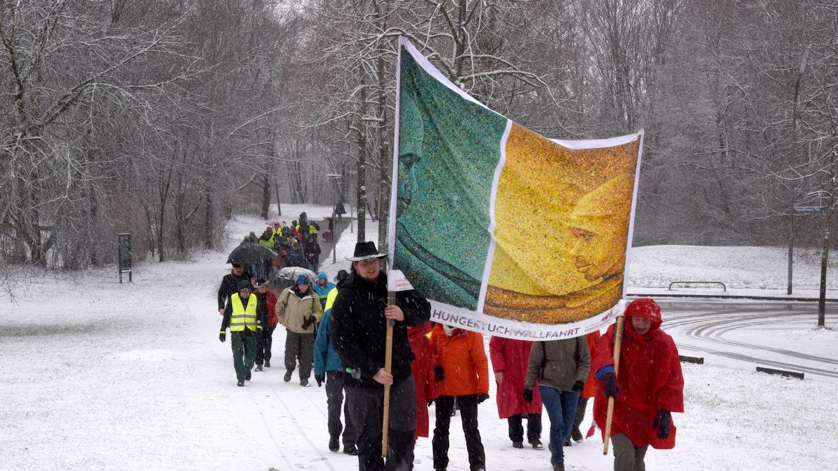 Die Pilgerinnen und Pilger der Hungertuchwallfahrt gingen bei Wind und Wetter, Foto: Radtke/MISEREOR.