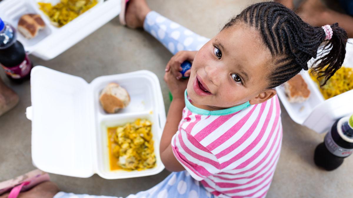 """Projekt der """"Mit 2 Euro helfen""""-Aktion in Südafrika: Weil es sich mit leerem Magen nicht gut lernt, bekommen die Kinder und Jugendlichen auf der Goedgedacht-Farm eine warme Mittagsmahlzeit © Rall/MISEREOR"""