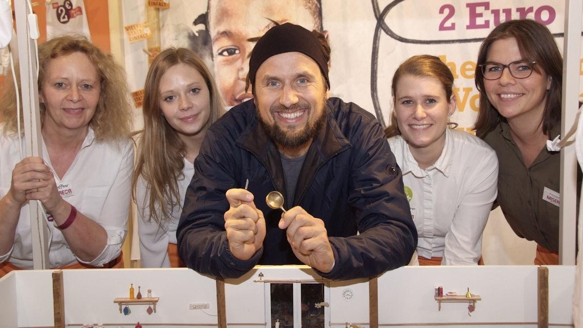 """Björn Moschinski mit den Mitarbeiterinnen des """"Le petit appétit auf der Internationalen Grünen Woche"""" in Berlin © MISEREOR"""