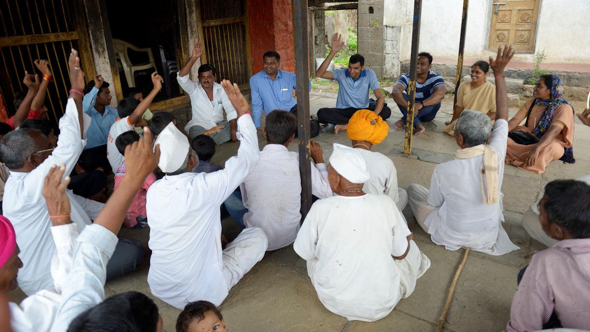 Eine Dorfversammlung, die sogenannte Gram Sabha, mit MISEREOR-Partner Caritas Indien und dem Dorfvorsteher Balasaheb Yadav in der Gemeinde Barhanpur. Das People-Led-Empowerment-Projekt baut darauf auf, dass Dorfgemeinschaften ihr Leben aus eigener Kraft verbessern und sich aktiv beteiligen © Kopp/MISEREOR