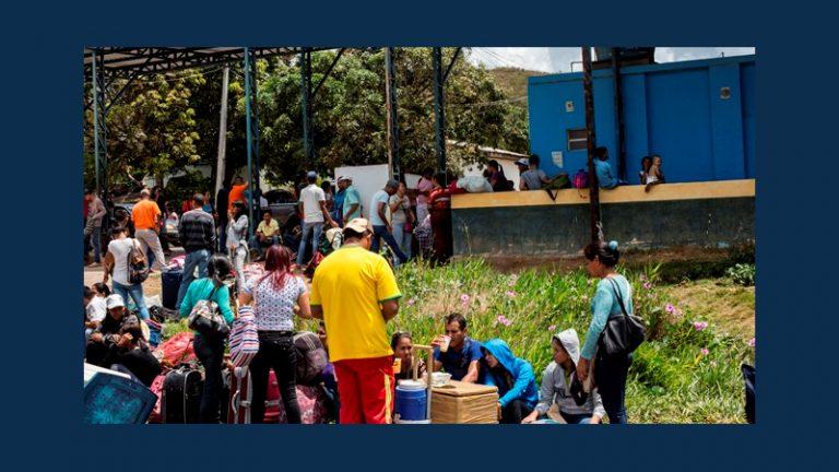 Venezolanische Flüchtlinge warten an der brasilianischen Grenze auf ihre Einreisegenehmigung © Felipe Larozza