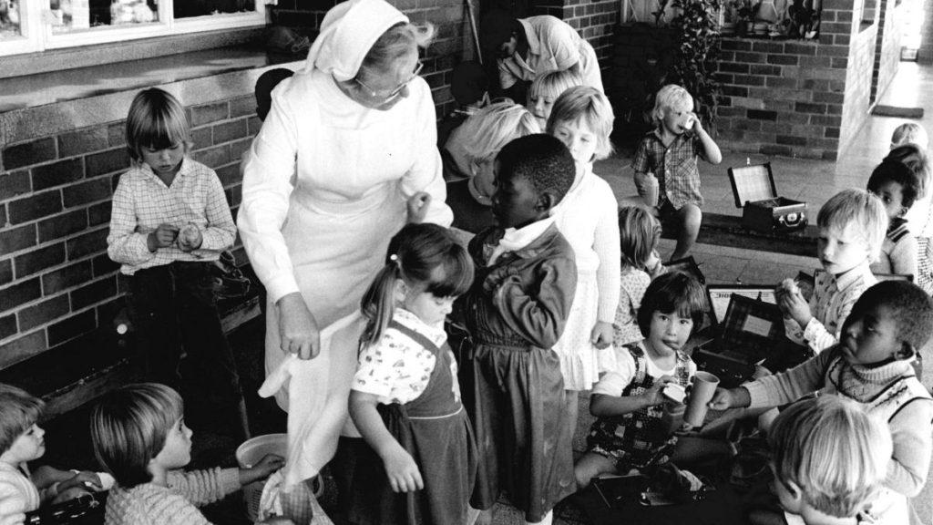 Südafrika (1982): Die Kirche setzt sich für nicht-rassistische Erziehungsprogramme ein und öffnet ihre eignen Institutionen wie Kindergärten und Schulen für schwarze und weiße Kinder. © KNA-Bild/MISEREOR