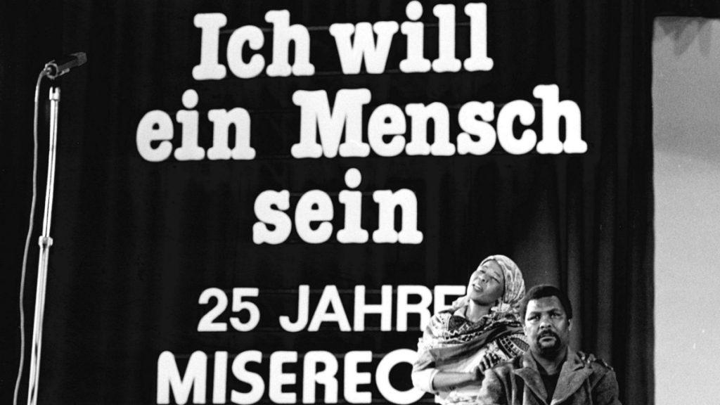 """Eröffnung der Fastenaktion 1983, der 25. Fastenaktion MISEREORs, mit dem Titel """"Ich will ein Mensch sein"""" in Fulda: """"Sounds of Soweto"""", eine Gruppe südafrikanischer Exilkünstlerinnen und -künstler, zeigt in eindrucksvollen Szenen die Auswirkungen von Rassentrennung und Unterdrückung auf die schwarze Bevölkerung in Südafrika. © KNA-Bild/MISEREOR"""
