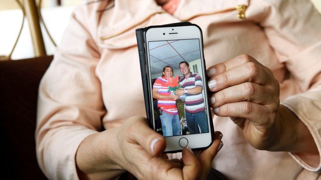 María Nancy Ardila zeigt ein Bild ihrer ermorderten Brüder © Florian Kopp/MISEREOR