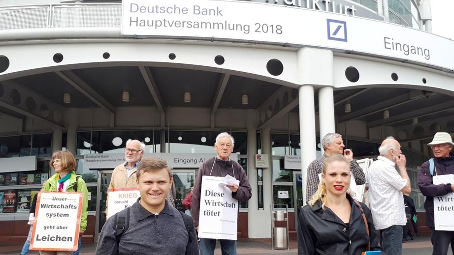 Protest vor dem Messegebäude in Frankfurt, indem die Aktionärsversammlung der Deutschen Bank 2018 stattfindet. © Susanne Friess / MISEREOR