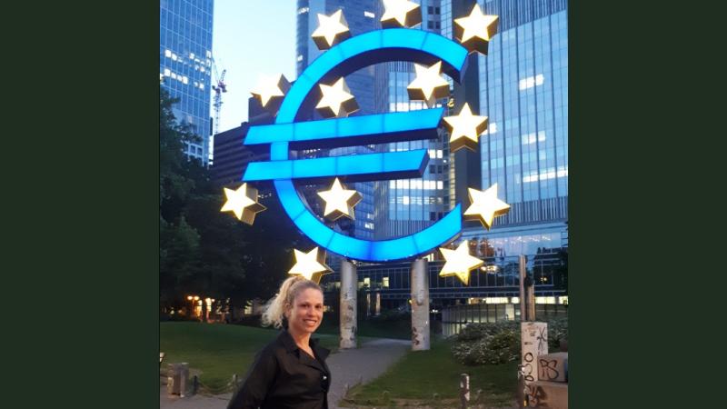 """María José (""""Lilica"""") aus Brasilien im Bankenviertel in Frankfurt © Susanne Friess / MISEREOR"""